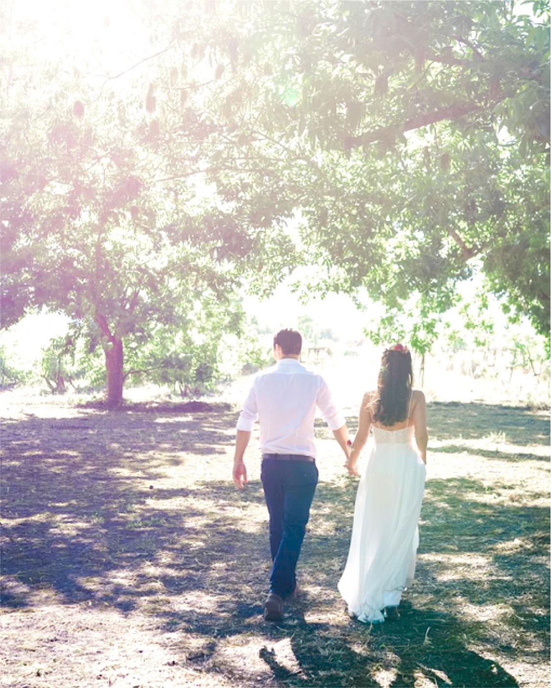 זוג בחתונה בטבע